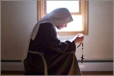 Nun of Saint Clare, in charity and poverty, at devotional prayer